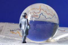 Sfera di cristallo, diagramma finanziario Fotografie Stock Libere da Diritti