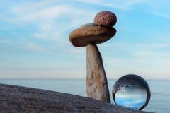 Sfera di cristallo e pietre Fotografie Stock