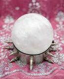 Sfera di cristallo enorme del quarzo sul basamento d'acciaio selvaggio Fotografia Stock Libera da Diritti
