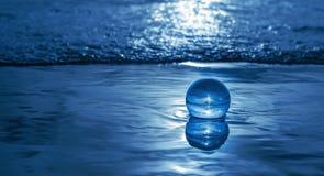 Sfera di cristallo nel mare Fotografia Stock