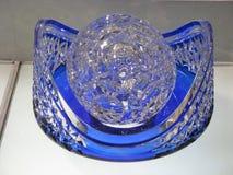 Sfera di cristallo sul supporto blu fotografie stock