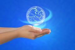 Sfera di energia che galleggia sulla palma. Fotografia Stock Libera da Diritti
