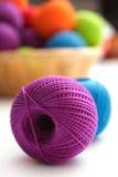 Sfera di filato da crochet Fotografie Stock Libere da Diritti