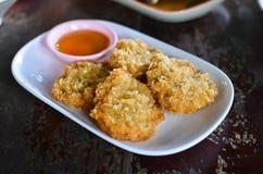 Sfera di gambero fritta con la salsa di peperoncino rosso Fotografia Stock
