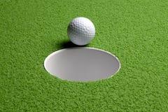 Sfera di golf al foro Fotografia Stock Libera da Diritti