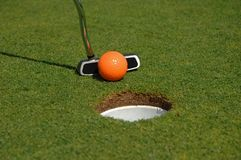 Sfera di golf arancione Fotografia Stock Libera da Diritti