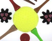 Sfera di golf con i T ed i morsetti Immagini Stock Libere da Diritti