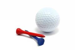 Sfera di golf con i T rossi e blu Fotografie Stock Libere da Diritti