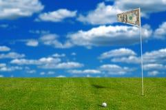 Sfera di golf con la bandierina dei soldi Fotografia Stock Libera da Diritti