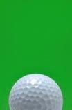 Sfera di golf con priorità bassa verde Immagini Stock