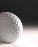 Sfera di golf in duna di sabbia fotografie stock