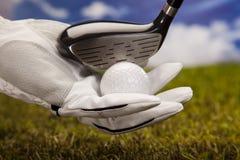 Sfera di golf e della mano immagini stock libere da diritti