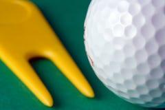 Sfera di golf e riparatore del Divot Fotografia Stock Libera da Diritti