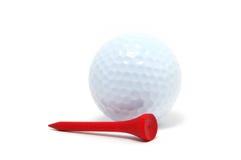 Sfera di golf e T rosso Fotografia Stock Libera da Diritti