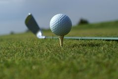 Sfera di golf in erba verde alta contro cielo blu Fotografie Stock Libere da Diritti