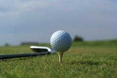 Sfera di golf in erba verde alta contro cielo blu Immagine Stock Libera da Diritti