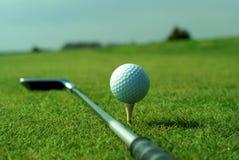 Sfera di golf in erba verde alta impostata contro cielo blu Fotografia Stock Libera da Diritti