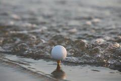 Sfera di golf nel mare Fotografia Stock Libera da Diritti