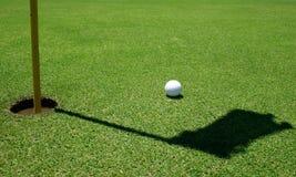 Sfera di golf nel verde Immagini Stock Libere da Diritti