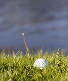 Sfera di golf nell'erba Fotografia Stock