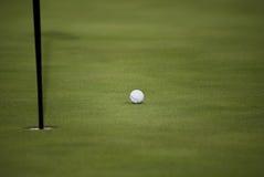 Sfera di golf, Pin della bandierina, foro, verde Fotografia Stock
