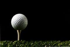 Sfera di golf su backround scuro Fotografie Stock Libere da Diritti