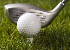Sfera di golf su erba con il driver fotografia stock