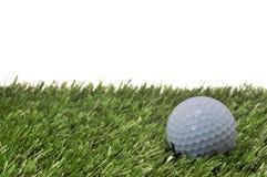 Sfera di golf su erba con priorità bassa bianca Immagini Stock Libere da Diritti