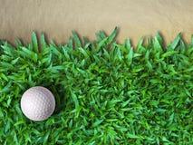 Sfera di golf su erba verde Fotografia Stock Libera da Diritti