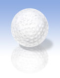 Sfera di golf su superficie riflettente Immagine Stock Libera da Diritti