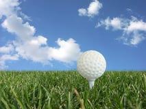 Sfera di golf su un T Immagini Stock Libere da Diritti