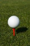 Sfera di golf su un T Immagini Stock