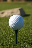 Sfera di golf su un T blu Fotografia Stock Libera da Diritti