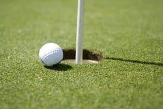 Sfera di golf su verde Immagini Stock Libere da Diritti