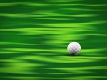 Sfera di golf su verde immagini stock