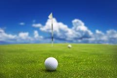Sfera di golf su verde mettente Immagine Stock Libera da Diritti