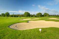Sfera di golf sul bello terreno da golf Fotografia Stock