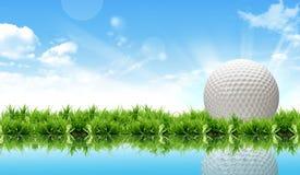 Sfera di golf sul corso davanti al driver Fotografia Stock Libera da Diritti