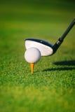Sfera di golf sul T Immagine Stock