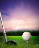 Sfera di golf sul T che è colpito con il randello Immagini Stock
