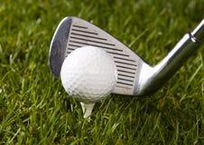 Sfera di golf sul T con il randello immagini stock