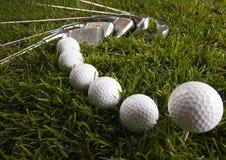 Sfera di golf sul T con il randello fotografie stock