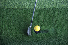 Sfera di golf sul T e sul randello Immagini Stock Libere da Diritti