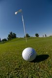 Sfera di golf sul verde Fotografie Stock Libere da Diritti