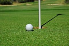 Sfera di golf sul verde Immagine Stock