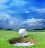 Sfera di golf sull'orlo Immagini Stock