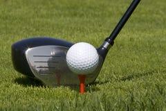 Sfera di golf un a Tire in su Fotografie Stock Libere da Diritti