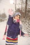 Sfera di lancio della neve della ragazza Fotografia Stock Libera da Diritti