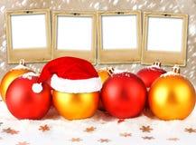 Sfera di natale nel cappello del Babbo Natale Fotografie Stock Libere da Diritti
