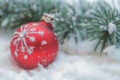Sfera di natale in neve Fotografia Stock